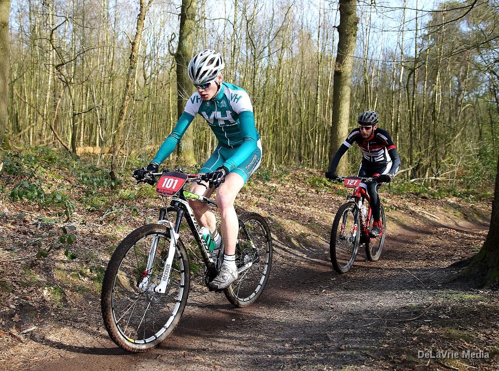 Thom Bonder voert de wedstrijd aan, met in zijn wiel Onno Reijnhout. Foto: Delavrie Media