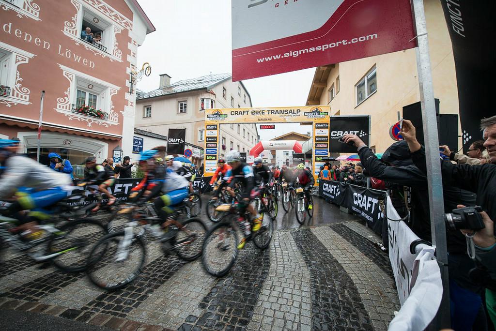 Regen bij de start van de derde etappe van de Transalp. Foto: Andreas Dobslaff