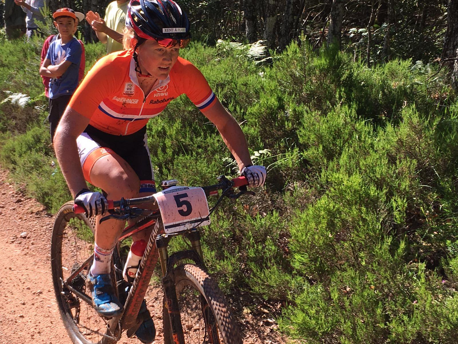 Elferink kreeg vanwege haar hoge ranking in de UCI-marathonseries startnummer vijf en mocht op de eerste rij plaatsnemen. Foto: Paul Classens