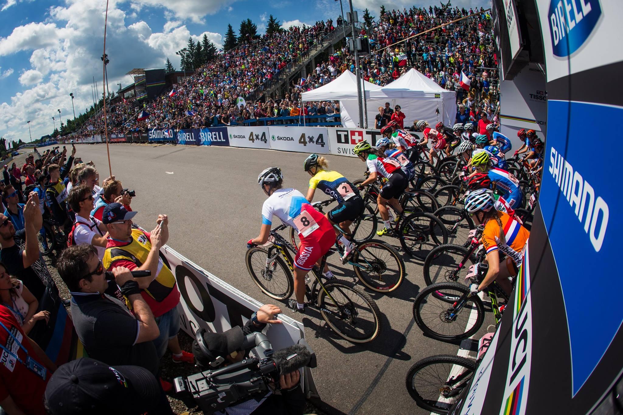 Tauber start vanaf de tweede rij in het wiel van de latere wereldkampioene. Foto: UCI