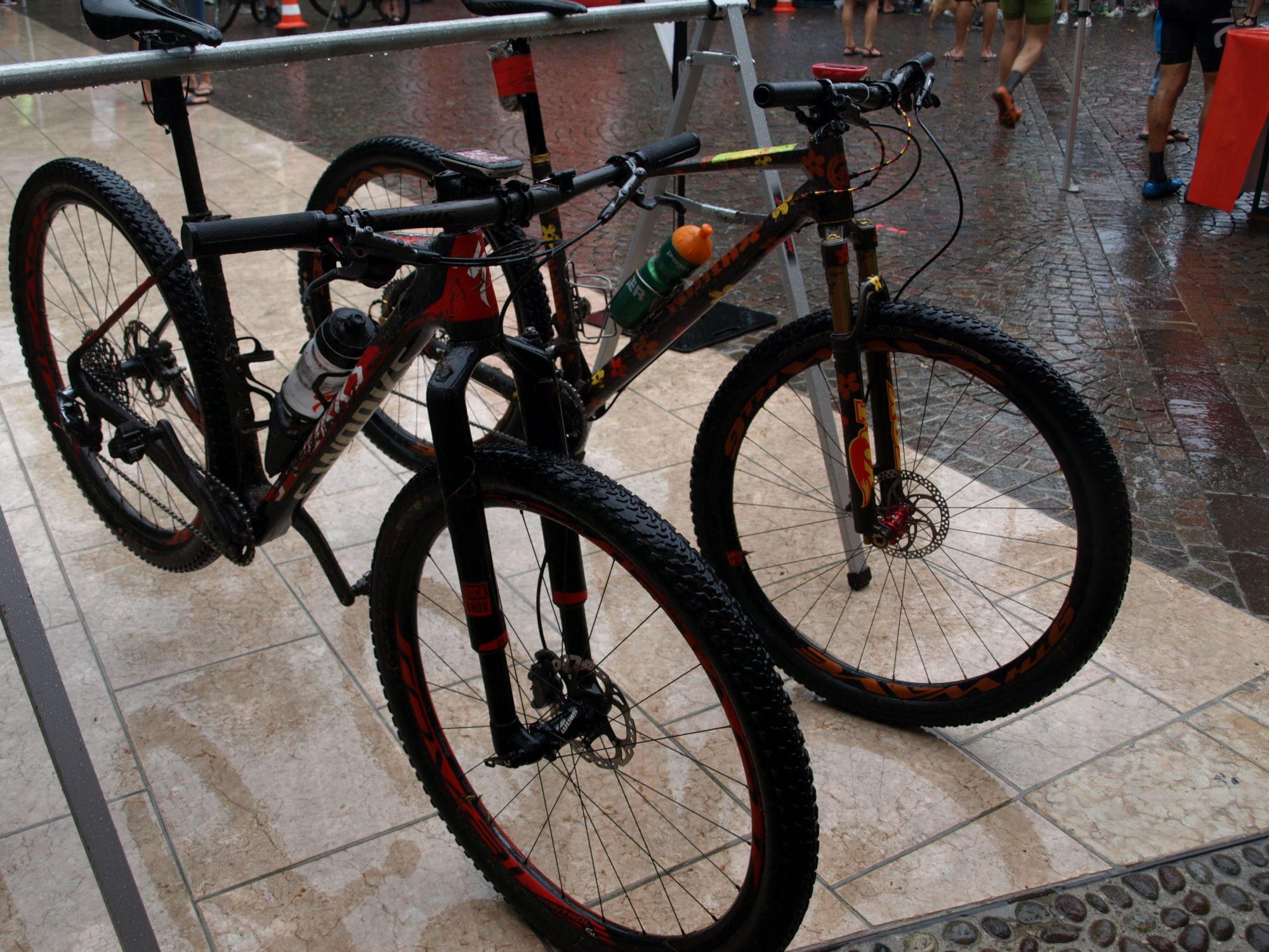 De twee perfect werkende bikes na gedane arbeid. Foto: Gerry van Loon